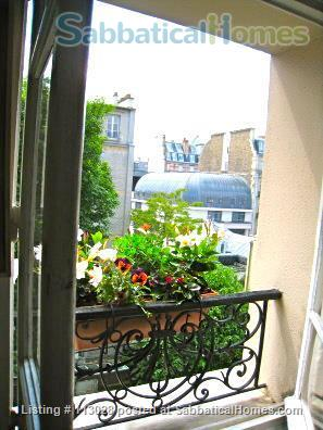 LUMINOUS   ARTIST'S   LOFT -  R o m a n t i c  -  C e n t r a l : walk to Eiffel Tower & Museums. Nestled between two gardens (2 bedrooms, 2 full bathrooms).  ONLY AVAILABLE UNFURNISHED. Also available to purchase. Home Rental in Paris, Île-de-France, France 6