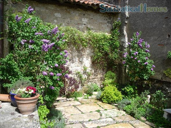 PEACEFUL RETREAT WITH DRAMATIC VIEWS FROM PRIVATE GARDEN AND TERRACE IN HEART OF HISTORIC CORDES-SUR-CIEL Home Rental in Cordes-sur-Ciel, Occitanie, France 4