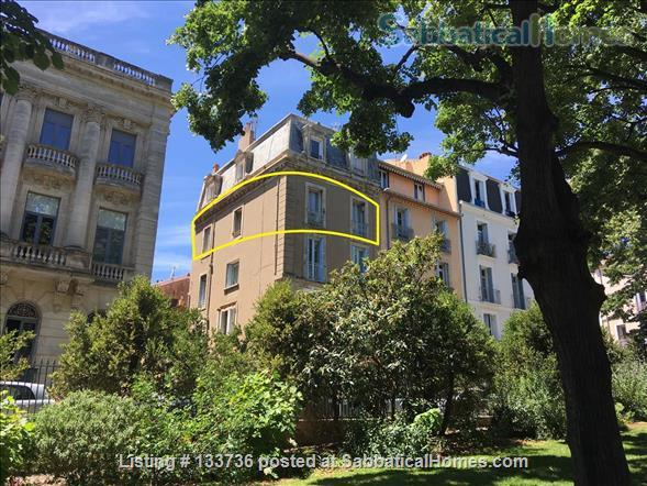 Excellent location. No car needed. Overlooking the park in Beziers. Home Rental in Béziers, Occitanie, France 1