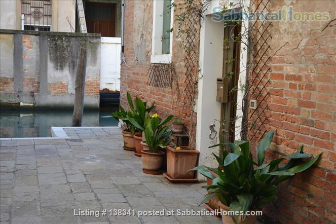 Spacious canal-side apartment in the Dorsoduro Home Rental in Venice, Veneto, Italy 5
