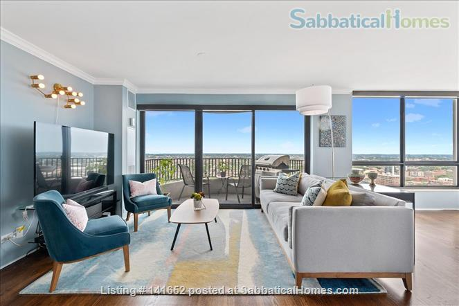 35th floor with unobstructed, sweeping 270+ degree views of the city and lake Home Rental in Chicago, Illinois, United States 1