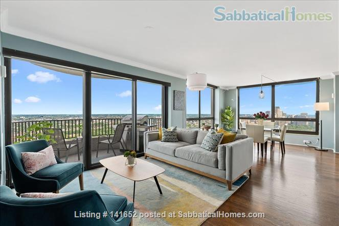 35th floor with unobstructed, sweeping 270+ degree views of the city and lake Home Rental in Chicago, Illinois, United States 0