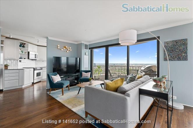 35th floor with unobstructed, sweeping 270+ degree views of the city and lake Home Rental in Chicago, Illinois, United States 2