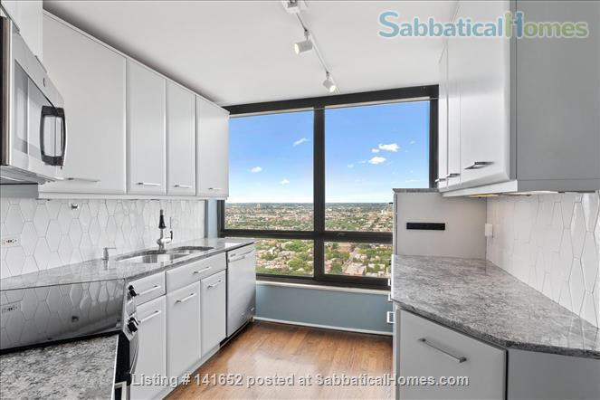 35th floor with unobstructed, sweeping 270+ degree views of the city and lake Home Rental in Chicago, Illinois, United States 3