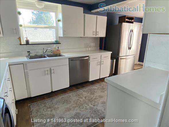 Spacious  furnished 3 BD Home, views of Mt. Rainier and city Home Rental in Seattle, Washington, United States 2