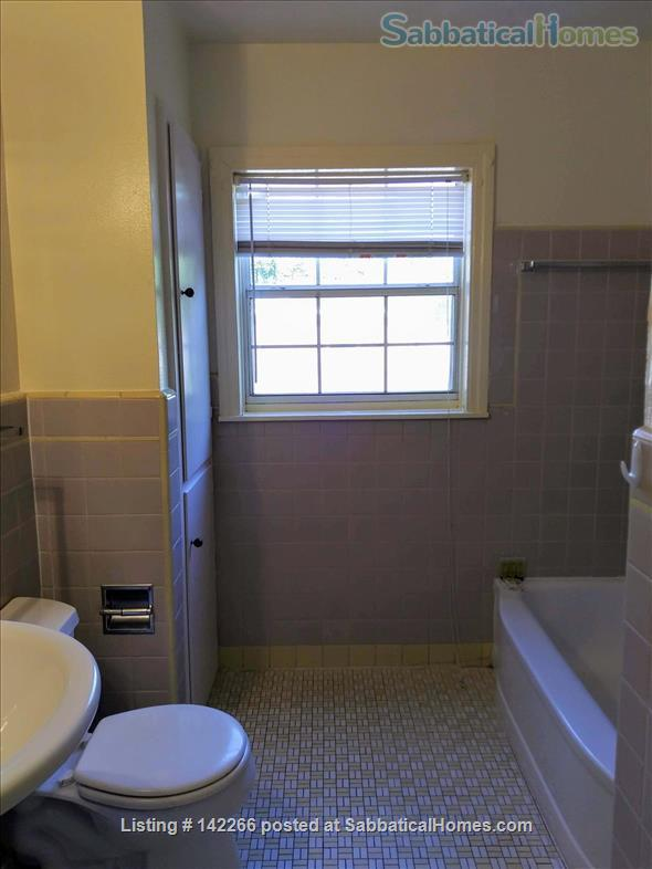 Hardwood Floors 2-bedroom Apt, Central Air, Free Parking and Large Yard Home Rental in San Antonio, Texas, United States 9
