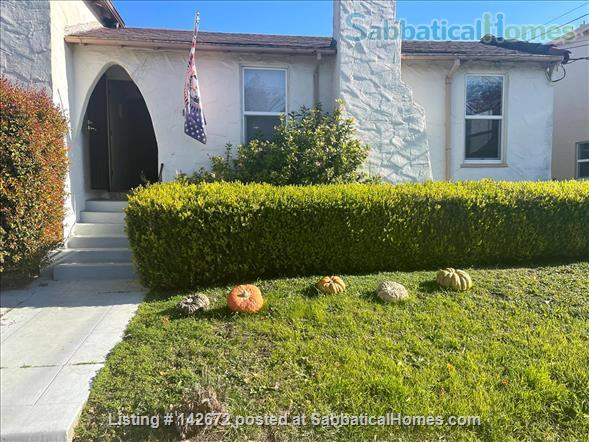 Cozy 3 bedroom home with very large yard in North Berkeley Home Rental in Albany, California, United States 1