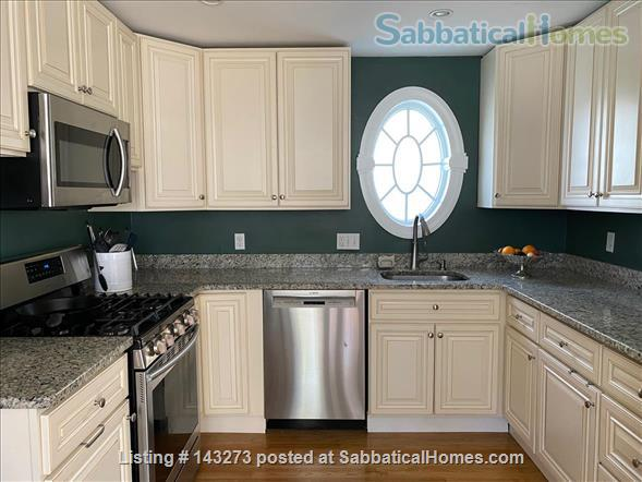 FULLY FURNISHED, SUN-DRENCHED 3 BED / 2 BATH HOME NEAR HARVARD, TUFTS, & LESLEY, with ROOFTOP DECK HAVEN Home Rental in Cambridge, Massachusetts, United States 6