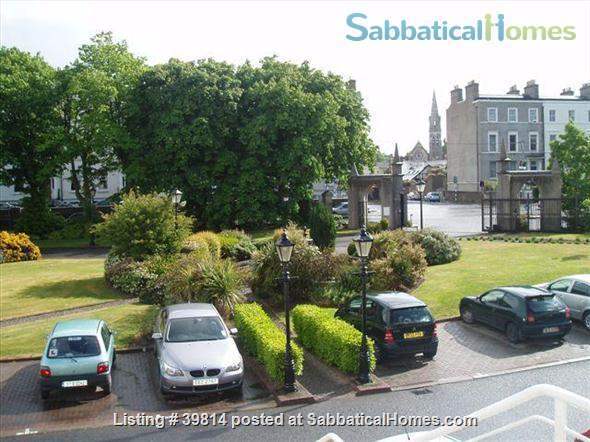 Lovely light 2-bedroom flat with seaviews, close to Trinity College Dublin and city centre. Home Rental in Blackrock, Dublin, Ireland 2