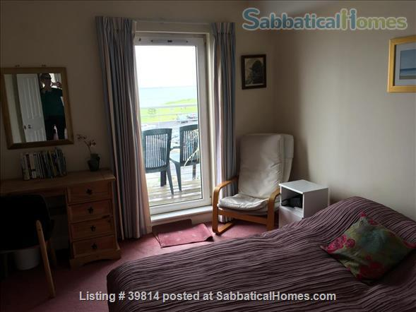 Lovely light 2-bedroom flat with seaviews, close to Trinity College Dublin and city centre. Home Rental in Blackrock, Dublin, Ireland 6