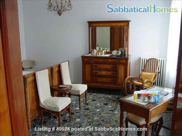 Sunny 2-3 bedroom apartment overlooking canal between Accademia and Guggenheim Home Rental in Venice, Veneto, Italy 2