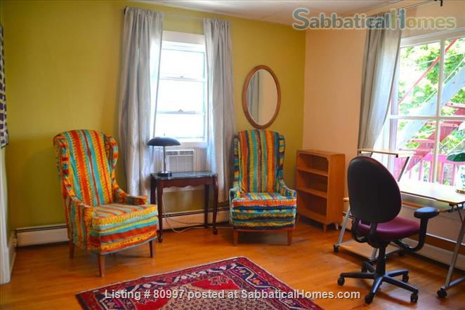 LARGE SUNNY  NEAR EAST FLAT, charming and beautifully artistic. Home Rental in Madison, Wisconsin, United States 4